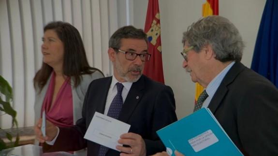 El delegado del Gobierno, Francisco Jiménez (en el centro) con la vicesecretaria general de la Delegación y el representante del INE. Foto ASR