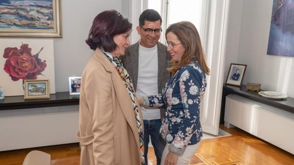Isabel Belmonte y Juan Carlos Vélez, de la Asociación Paco Martín, con la alcaldesa de Cartagena