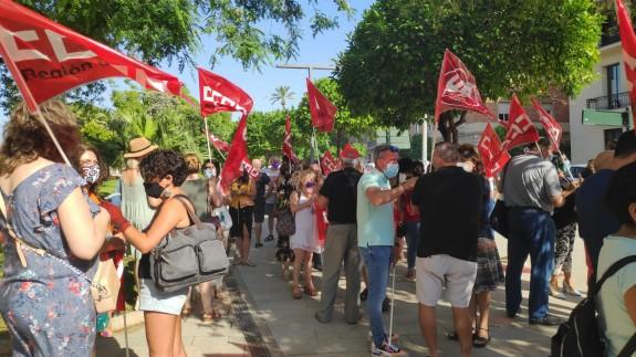 Concentración de delegados sindicales de UGT y CCOO frente a la delegación del Gobierno. ORM