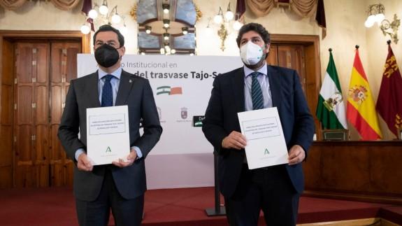 Firma de la declaración a favor del Trasvase entre Moreno y López Miras.