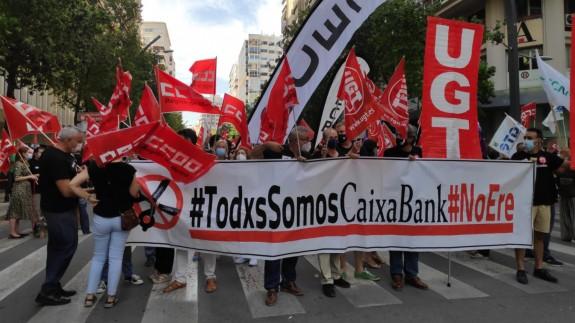 Protesta de los trabajadores de Caixabank, esta mañana en Murcia. ORM