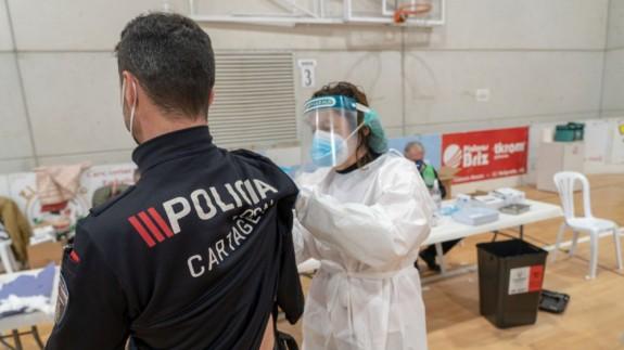 Varios agentes de la Policía Local de Cartagena han sufrido efectos secundarios leves derivados de la vacunación.
