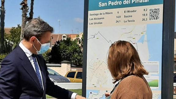 Marcos Ortuño muestra una de las señalizaciones. CARM