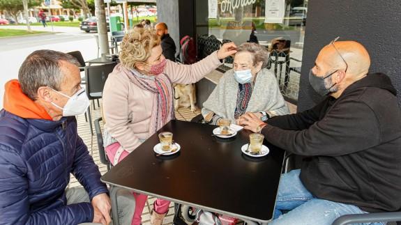 Los mayores ya han podido dar un paseo con sus familiares.