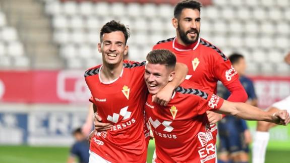 El Real Murcia usa el corazón para ganar al líder UCAM (2-1)