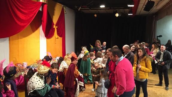 Los Reyes Magos con los niños en Cehegín