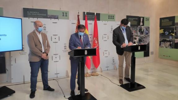 Serrano, en el centro, firma el acuerdo de presupuestos municipales con Podemos