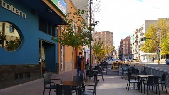 Emilio frente a su cafetería vacía