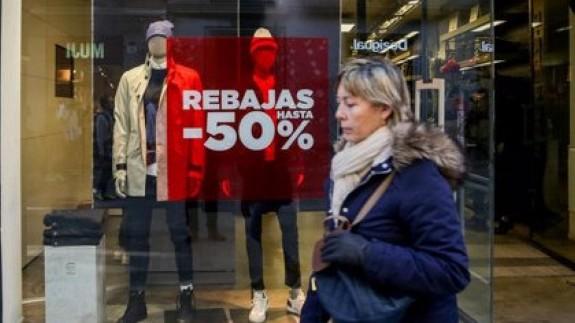 una persona junto a una tienda de ropa