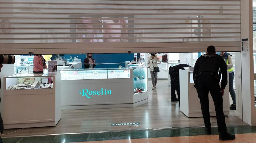 Joyería atracada en el centro comercial.