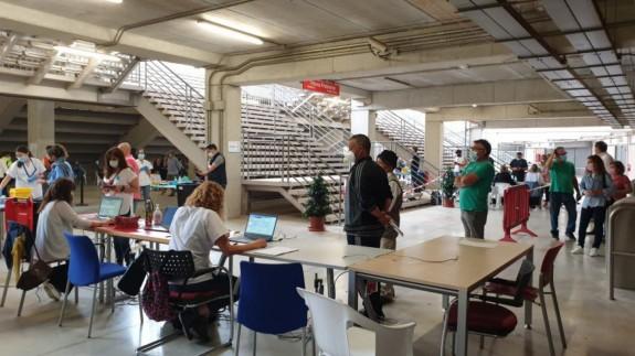 Colas de vacunación en el estadio Enrique Roca de Murcia