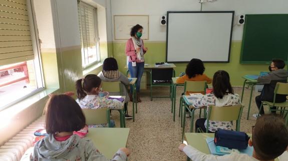 Alumnos siguiendo una clase con distancia entre las mesas (archivo). ORM