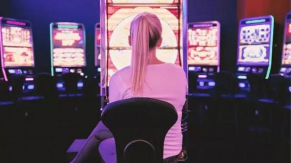 Una joven en un salón de juegos. PIXABAY