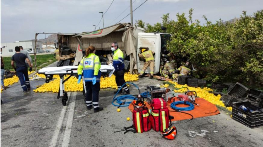 Estado en el que ha quedado el camión tras el accidente. EMERGENCIAS 061