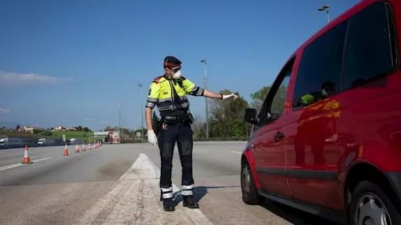Un agente de los Mossos protegido con una mascarilla en un control. EUROPA PRESS