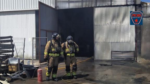 Bomberos extinguen un incendio declarado en un almacén de vehículos cerca de la ITV de Mazarrón