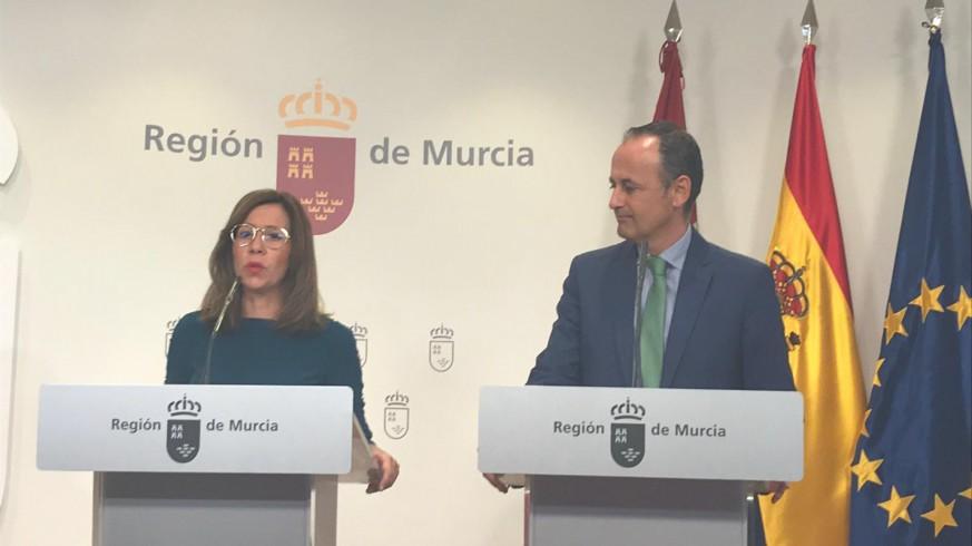La alcalde de Cartagena y el consejero de Presidencia durante la rueda de prensa