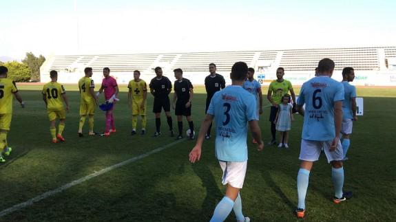 Jugadores del Lorca y del Ejido antes de comenzar el encuentro (foto: ORM)