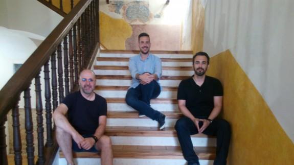 El pintor Nono García junto al concejal, Diego Boluda, y al director del museo, José Antonio Zapata