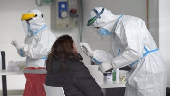 Una mujer se somete a un test de antígenos (archivo). EUROPA PRESS