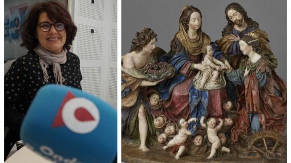Clara Alarcón junto a una de las esculturas de 'La Roldana', 'Desposorios místicos de Santa Catalina'