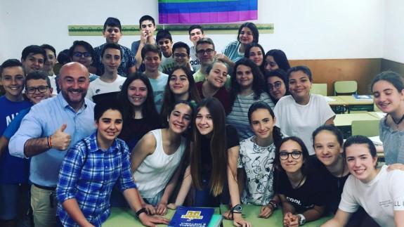 Diego Reina posa con los alumnos de su clase en el IES Alfonso X el sabio