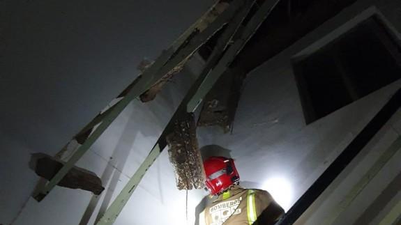 Derrumbe de la cubierta del edificio.