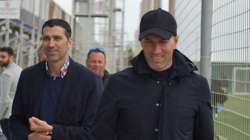 Mariano Sánchez junto al jugador Zidane en la vista al Pintar Arena