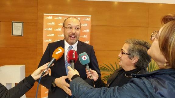 Juan Carlos Muñoz con Carmen Ortín en una comparecencia de prensa
