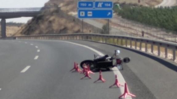 Motocicleta accidentada en la A-30 a la altura de Cieza. Foto ORM.