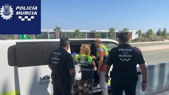 La policía recogiendo al hombre en el Aeropuerto de Corvera