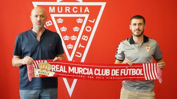 Manolo Molina (a la izquierda) cuando firmó el contrato Julio Gracia. Foto: Real Murcia