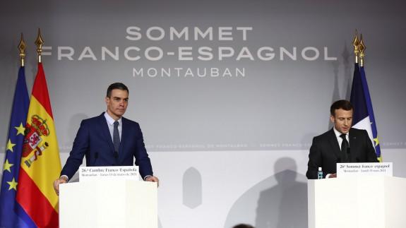 Sánchez y Macron, durante la rueda de prensa que han ofrecido al término de la XXVI Cumbre Franco-Española. MONCLOA