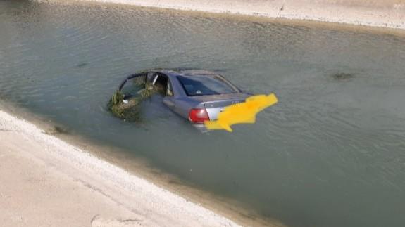 El coche accidentado tras caer al canal del trasvase