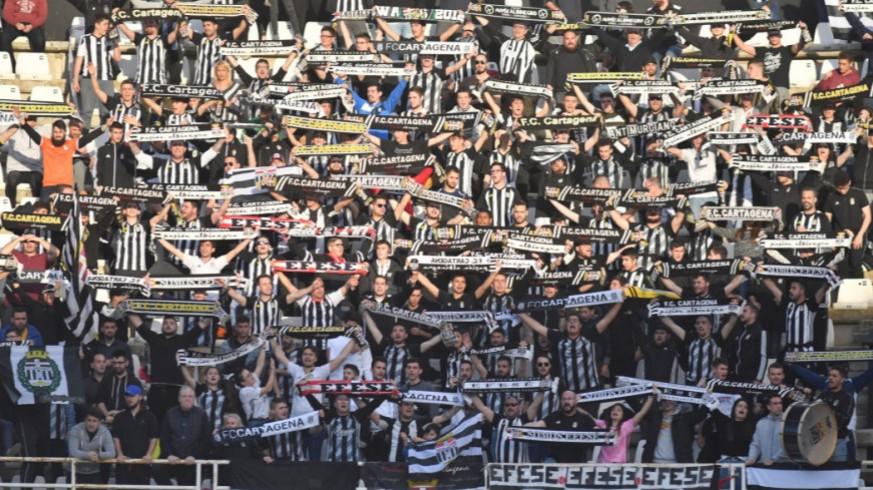 Aficionados del Cartagena animan en un partido del equipo albinegro