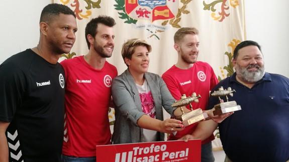 Presentación del Trofeo Isaac Peral con la vicealcaldesa, Noelia Arroyo, y representantes del club