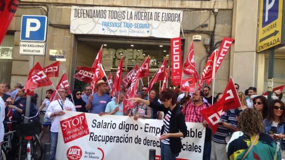 Protesta de los sindicatos frente a la sede de la patronal murciana