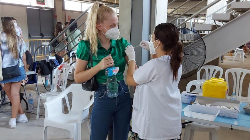 Una veinteañera recibe una vacuna de Pfizer en el vacunódromo del Estadio de la Nueva Condomina