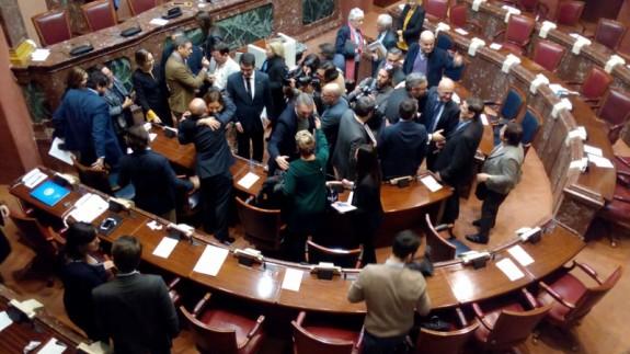 Diputados saludándose en el hemiciclo tras la aprobación de los Presupuestos