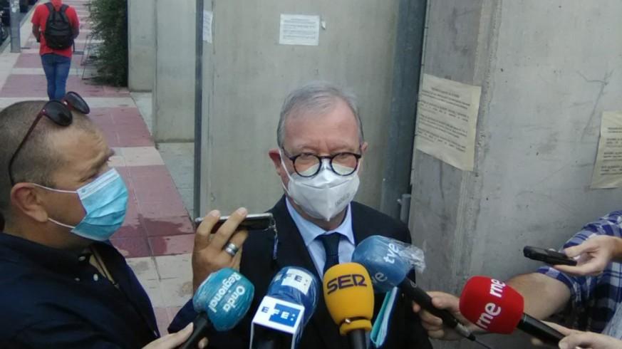 Valcárcel atiende a los medios a su llegada a la Ciudad de la Justicia.