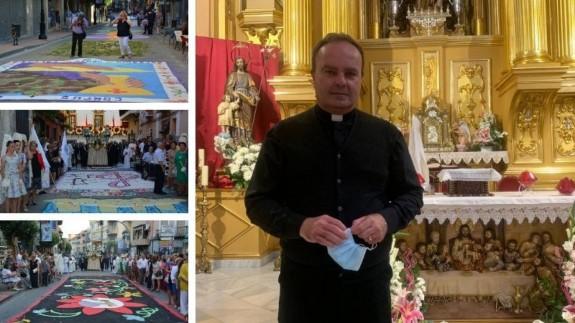 Alfombras en el día del Corpus de Archena y el padre Alfonso Alburquerque. CLAUDIO CABALLERO
