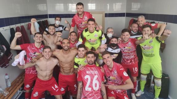 La plantilla de ElPozo Murcia celebra la victoria en Valdepeñas