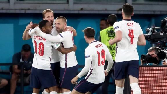 Harry Kane celebra el gol que dio el triunfo a Inglaterra ante Dinamarca