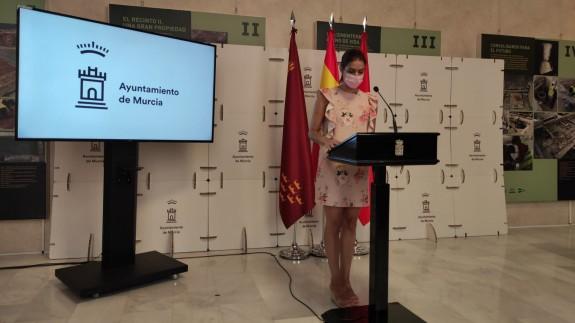 La concejal de Limpieza Viaria, Carmen Fructuoso, da a conocer la iniciativa. ORM