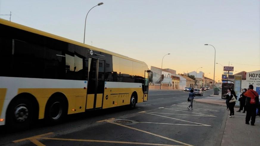 Pasajeros esperan al autobús en una parada.