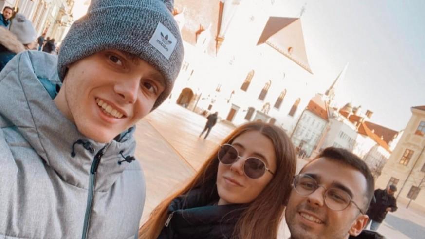 Ángela con dos de sus compañeros en Bolonia