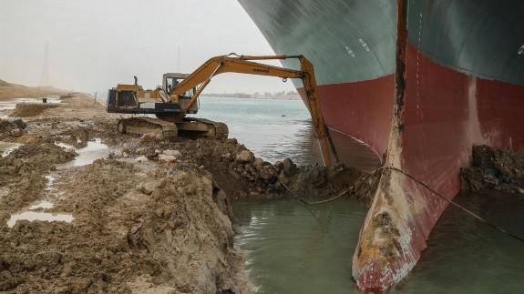 Egipto tendrá que dragar casi 20.000 metros cúbicos de arena para liberar el buque del canal de Suez