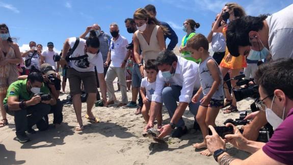 El consejero, Antonio Luengo, devuelve la tortuga al Mediterráneo
