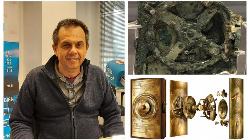 Juan Pedro Gómez en una imagen de archivo, junto a los restos del mecanismo de Anticitera y una recreación de su aspecto