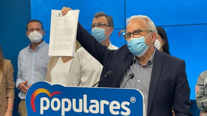 Felipe Coello muestra el decreto de la Fiscalía. PARTIDO POPULAR